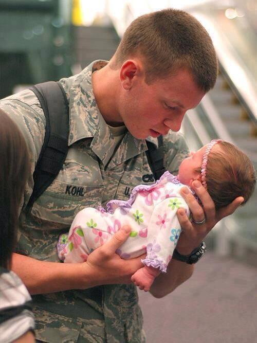 士兵手捧婴儿